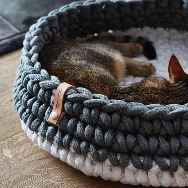 Grey crocheted cat basket Nido